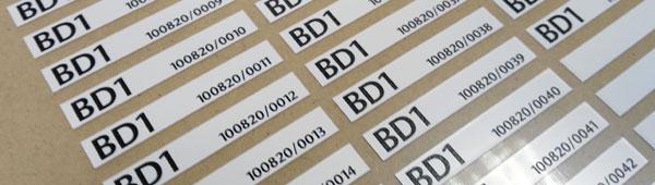 Etiquetas seriadas en poliester y pvc adhesivo